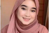 Gambar 1 hijab pashmina plisket menumpuk dan membentuk syal
